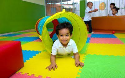 Kind spielt Indoor